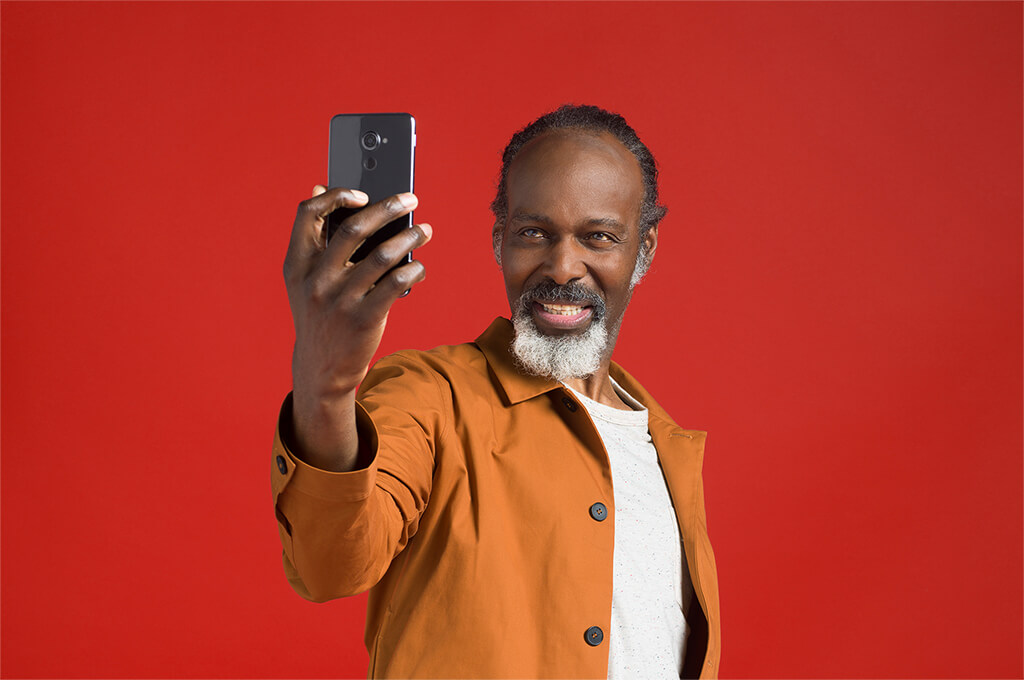 Man holding a phablet