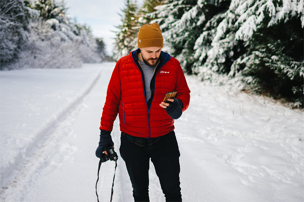 Hiking in the snow with a phone with a long-lasting battery
